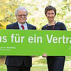 Hans Leyendecker, Kirchentagspräsident, und Julia Helmke, Generalsekretärin des Deutschen Evangelischen Kirchentages, präsentieren die Losung des 37. Deutschen Evangelischen Kirchentages.