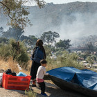 """Durch ein Feuer im Flüchtlingscamp auf der griechischen Insel Moria wurden im September 2020 Tausende über Nacht obdachlos. Die Initiative """"Lesvossolidarity"""" unterstützt besodners hart Betroffene wie Mütter und Minderjährige."""