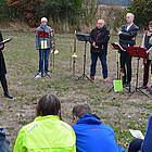 Zum zweiten Mal trafen sich Menschen aus den Evangelischen Dekanaten Dreieich und Rodgau auf der gemeinsam gepflanzten Streuobstwiese in Götzenhain, ganz in der Nähe der Dekanatsgrenze, zur Apfelandacht.